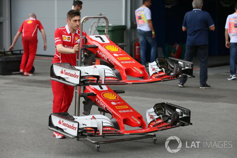 Meccanico Ferrari, il naso e le ali anteriori della monoposto di Kimi Raikkonen, Ferrari SF70H