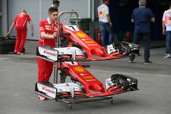 Mecánico de Ferrari con la nariz y alas delanteras del coche de Kimi Raikkonen Ferrari SF70H
