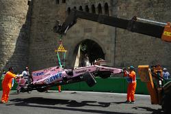 La monoposto incidentata di Sergio Perez, Sahara Force India VJM10 viene recuperata nelle FP1