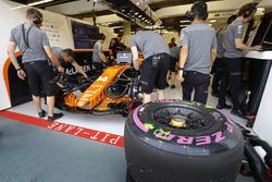 Reifen für Fernando Alonso, McLaren MCL32, vor der McLaren-Garage