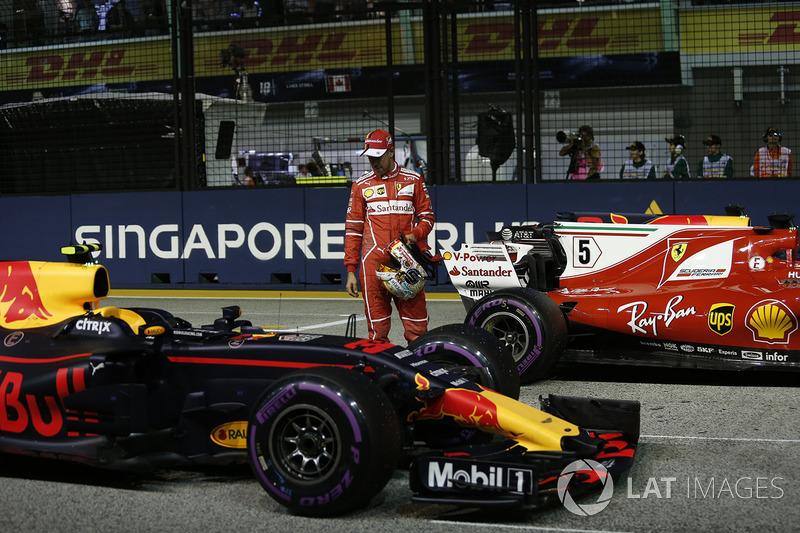 Il Poleman Sebastian Vettel, Ferrari, festeggia nel parco chiuso e osserva la Red Bull RB13