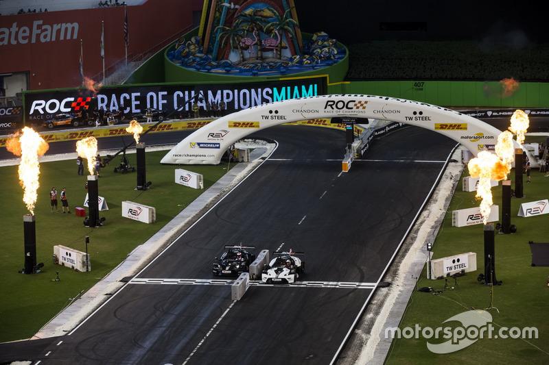 Tom Kristensen, supera a Jenson Button, en la línea en el   KTM X-Bow Comp R