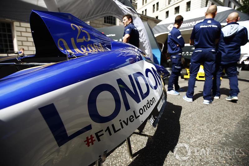 Penutup mesin mobil Sauber dengan logo F1 Live London