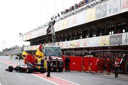 La Ferrari SF70H di Kimi Raikkonen, mentre viene riportata ai box dopo l'incidente