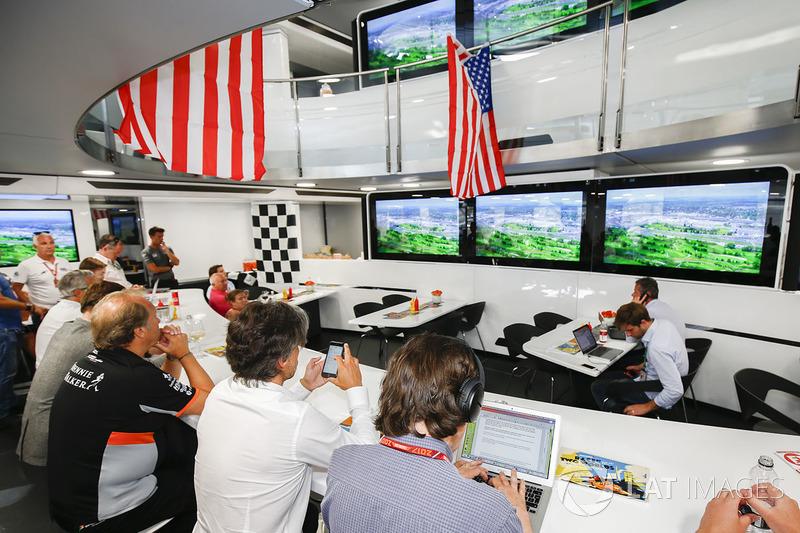 Моторхоум McLaren, украшенный в стилистике гонки «Инди 500», в которой участвует гонщик команды Ферн