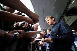 Nico Rosberg firma autógrafos para los fans