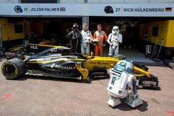 Гонщики Renault Sport F1 Team Нико Хюлькенберг и Джолион Палмер с персонажами из «Звездных войн»