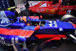 Карлос Сайнс-мл., Scuderia Toro Rosso STR12 и Кими Райкконен, Ferrari SF70H