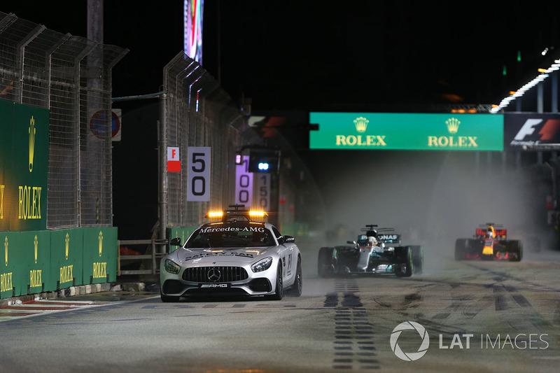 La safety Car precede Lewis Hamilton, Mercedes AMG F1 F1 W08