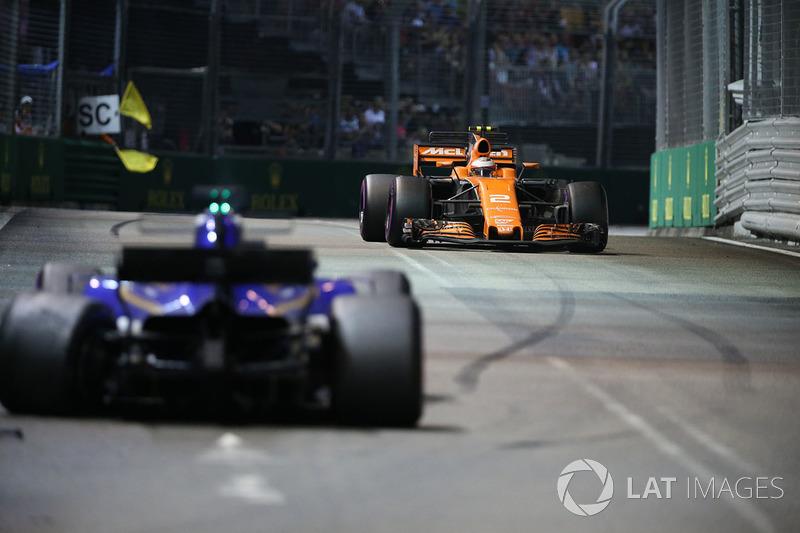 Stoffel Vandoorne, McLaren MCL32 e la monoposto incidentata di Marcus Ericsson, Sauber C36 viene recuperata