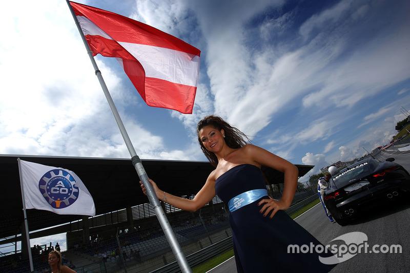 Gridgirl mit Flagge von Österreich