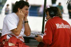 Ayrton Senna dopo aver provato la McLaren MP4/8 dotata di un motore Chrysler/Lamborghini V12