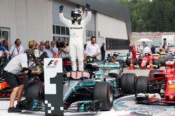 Le vainqueur Valtteri Bottas, Mercedes AMG F1 fête sa victoire dans le Parc Fermé