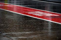 Lluvia y el mojado pit-lane