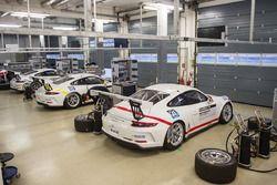 Le Porsche 911 Carrera Cup nel box