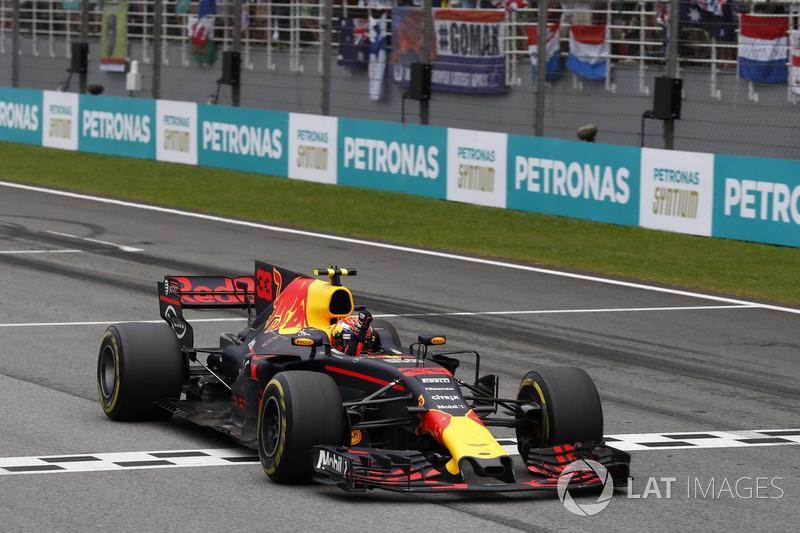 Max Verstappen, Red Bull Racing RB13, melewati garis finis