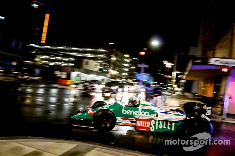 Un coche de Benetton F1 en las calles de Adelaida