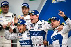 Podio GTE-Pro: vincitori della gara #67 Ford Chip Ganassi Racing Ford GT: Andy Priaulx, Harry Tinckn