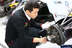 ブレーキをチェックするブレンボのエンジニア