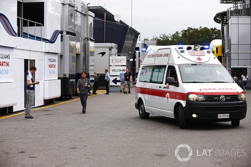 Una ambulancia llega al paddock después de alguien en la multitud se desmayó