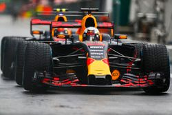 Daniel Ricciardo, Red Bull Racing RB13, Max Verstappen, Red Bull Racing RB13, warten in der Boxengas