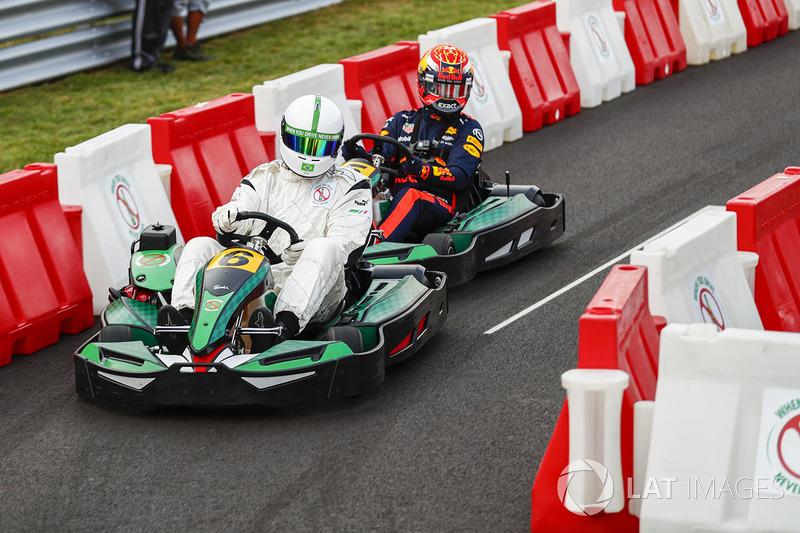 Max Verstappen (fundo) corre de kart com o ex-goleiro Dida