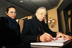 Michelle Yeoh ve Jean Todt Reina anı defterine yazarken