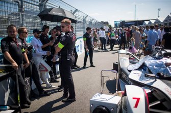 Jose Maria Lopez, Dragon Racing with his team on the grid