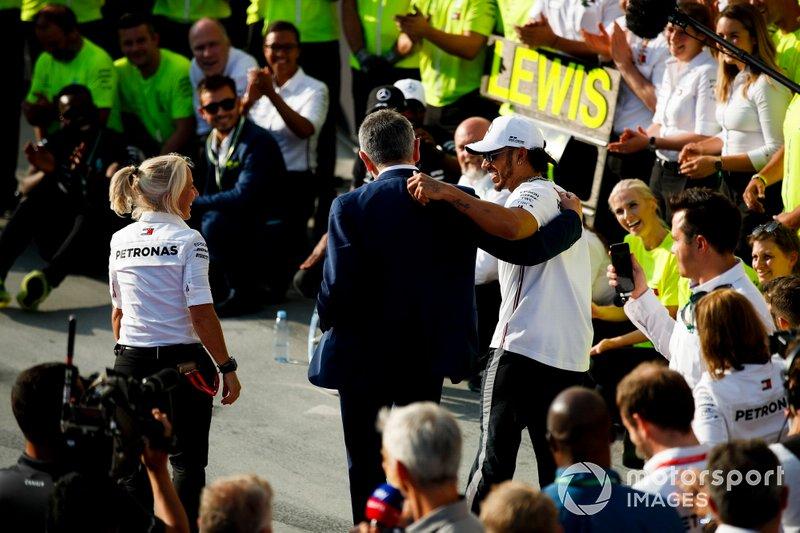 Yarış galibi Lewis Hamilton, Mercedes AMG F1 W10 ve Rowan Atkinson