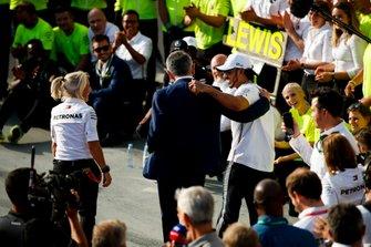 Lewis Hamilton, Mercedes AMG F1, 1ª posición, celebra con el actor Rowan Atkinson y su equipo