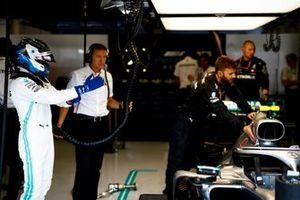 Valtteri Bottas, Mercedes AMG F1, si prepara per entrare nel cockpit della sua auto