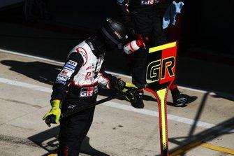 Un membre de l'équipe Toyota Gazoo Racing