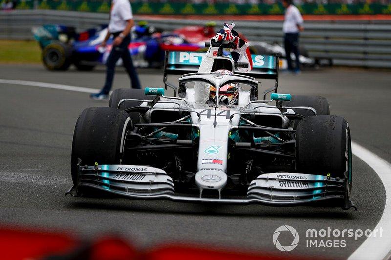 Il vincitore della gara Lewis Hamilton, Mercedes AMG F1 W10, con la bandiera