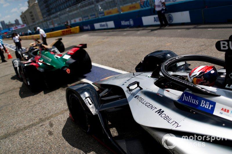 Sébastien Buemi, Nissan e.Dams, Nissan IMO1, attende dietro a Lucas Di Grassi, Audi Sport ABT Schaeffler, Audi e-tron FE05