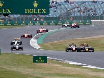 Лиам Лоусон, MP Motorsport, и Леонардо Пульчини, Hitech Grand Prix