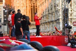 Sebastian Vettel, Ferrari toma una foto desde el escenario