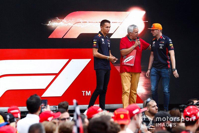 Alexander Albon, Red Bull Racing e Max Verstappen, Red Bull Racing sul palco nella fan zone