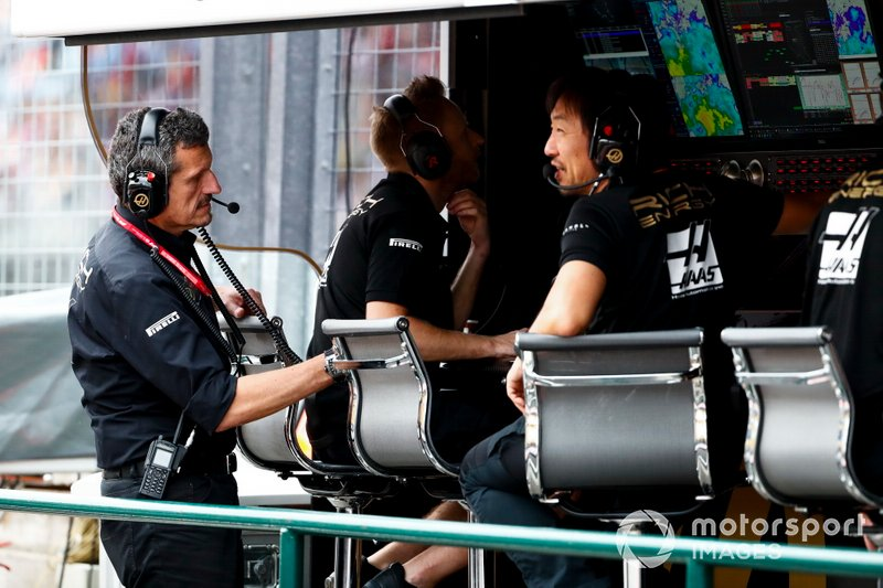 Guenther Steiner, chefe da Haas, fala com Ayao Komatsu, engenheiro de corridas da equipe