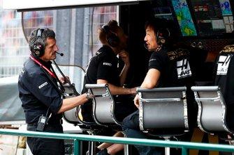 Руководитель Haas F1 Team Гюнтер Штайнер и главный гоночный инженер команды Айяо Комацу