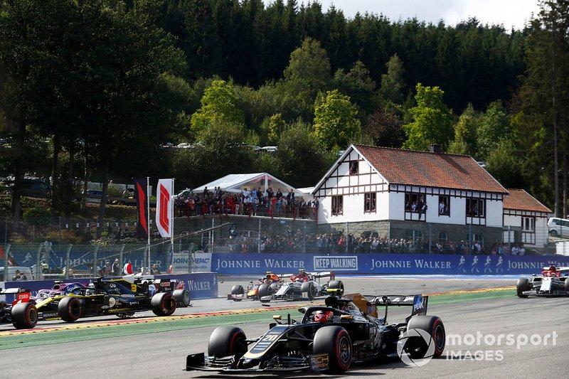 Kevin Magnussen, Haas F1 Team VF-19, devant Daniel Ricciardo, Renault F1 Team R.S.19, qui s'est fait percuter, Antonio Giovinazzi, Alfa Romeo Racing C38, Kimi Raikkonen, Alfa Romeo Racing C38 et Alex Albon, Red Bull RB15