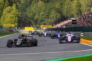 Kevin Magnussen, Haas F1 Team VF-19, lidera a Sergio Pérez, Racing Point RP19, y Pierre Gasly, Toro Rosso STR14, en la vuelta de formación