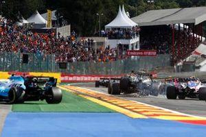 Daniel Ricciardo, Renault F1 Team R.S.19, se pone en contacto con Lance Stroll, Racing Point RP19, mientras que George Russell, Williams Racing FW42, toma medidas para evitarlo