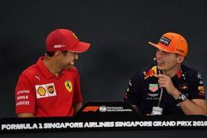 Sebastian Vettel, Ferrari, 1e plaats, in gesprek met Max Verstappen, Red Bull Racing, 3e plaats, in de persconferentie
