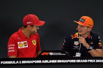 Sebastian Vettel, Ferrari, 1ª posición, habla con Max Verstappen, Red Bull Racing, 3ª posición, en la rueda de prensa