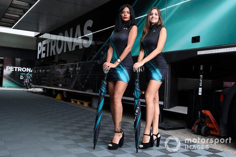 Девушки команды Petronas Yamaha