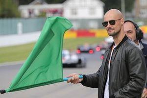 Tom Boonen sventola la bandiera verde alla partenza