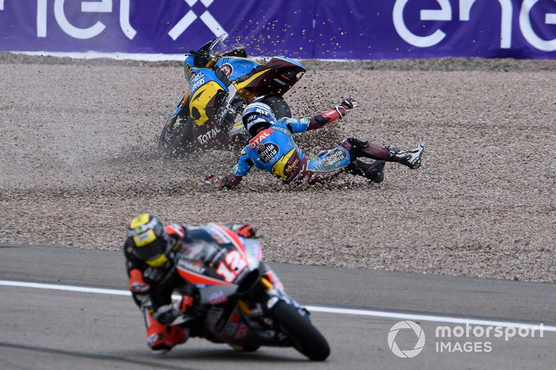 Xavi Vierge, Marc VDS Racing a terra, mentre transita Thomas Luthi, Intact GP