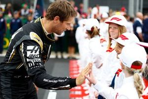 Romain Grosjean, Haas F1, meets some grid kids