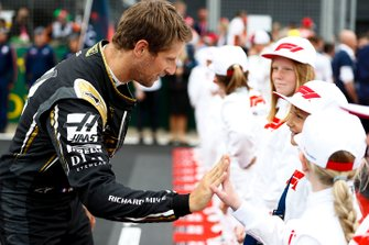 Romain Grosjean, Haas F1, meets some grid kids