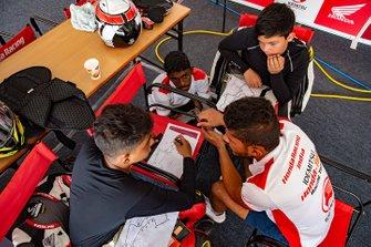Anish Shetty, Honda India mentors NSF 250 riders